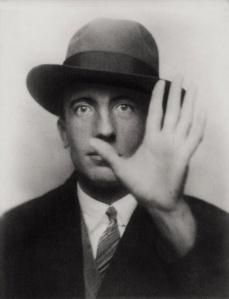 paul-eluard-1895-1952-foi-retratado-pelo-amigo-e-fotografo-man-ray